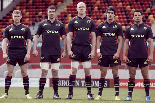 Players stanfing tall in the new alternate kit for 2012/13