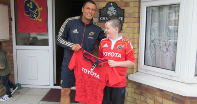 Doug Howlett presents Mossy Duignan with his new jersey