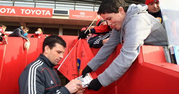 Denis Leamy signs autographs at the last open training session in Thomond Park
