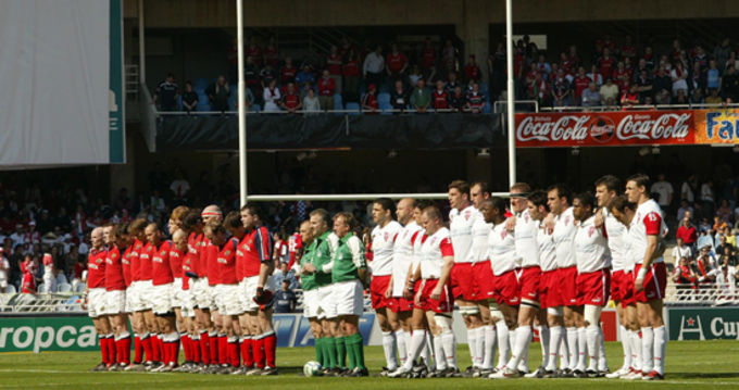 The Munster and Biarritz sides line up in Estadio Anoeta in 2005
