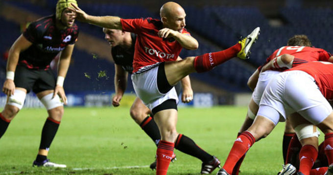 Peter Stringer kicks the ball clear