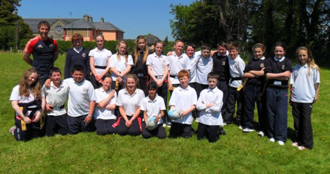 Boys and girls from Murroe National School pictured with Andrew Brace, Community Rugby Officer.