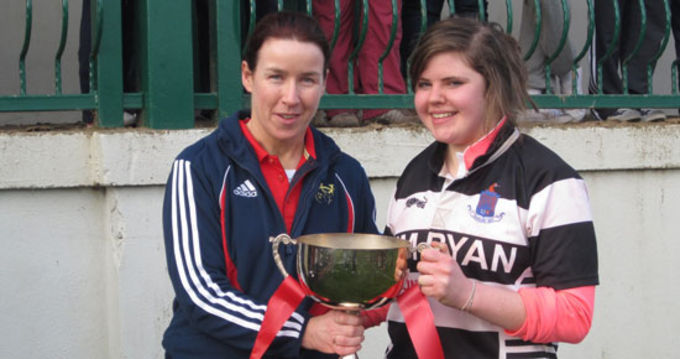 Munster Womens Chairperson Denise Hickey presents the U18 Cup to Thurles Captain Grainne Fennelly