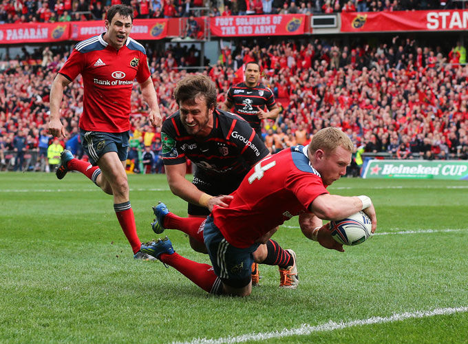 Keith Earls dives over for Munster's first try